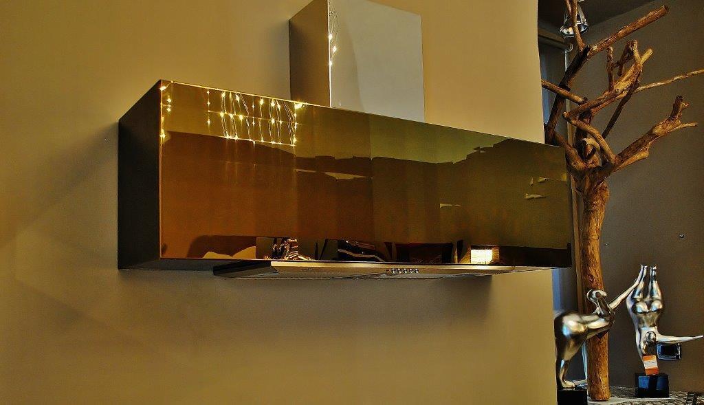 Immagine cappa da cucina su misura in oro titanio con trama a quadrati