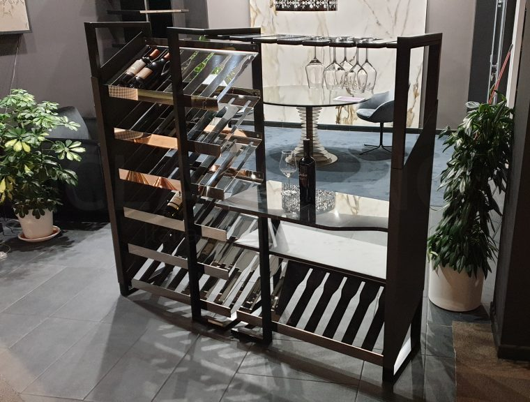 """Foto della cantina vini """"Vinolucente"""" presentata nel nostro showroom"""